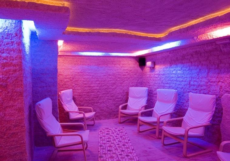 Соляная комната, стена из рассыпной соли с малыми архитектурными формами